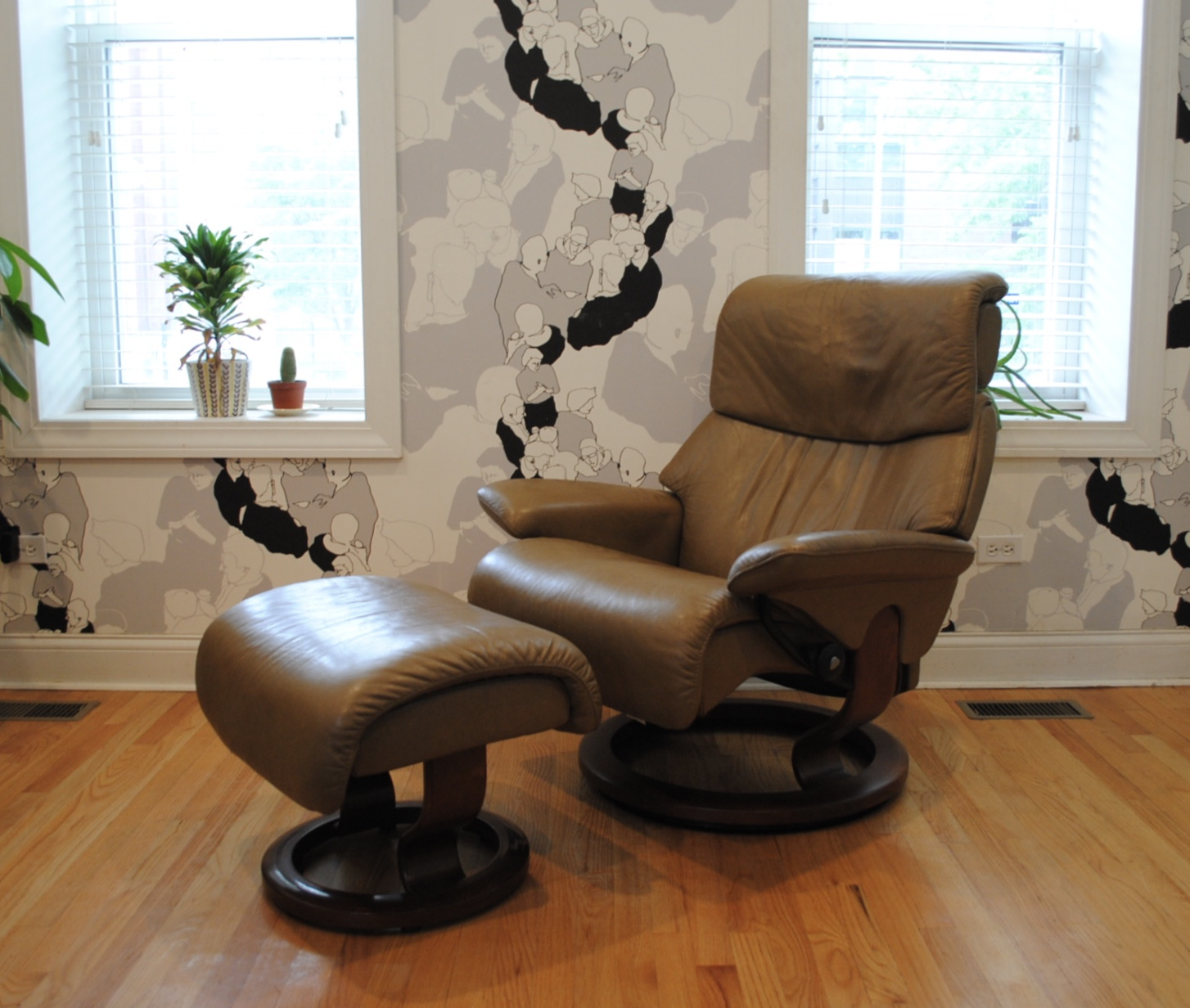 Vintage Ekornes Stressless Lounge Chair And Ottoman. Leather In Excellent  Condition. Made In Norway.